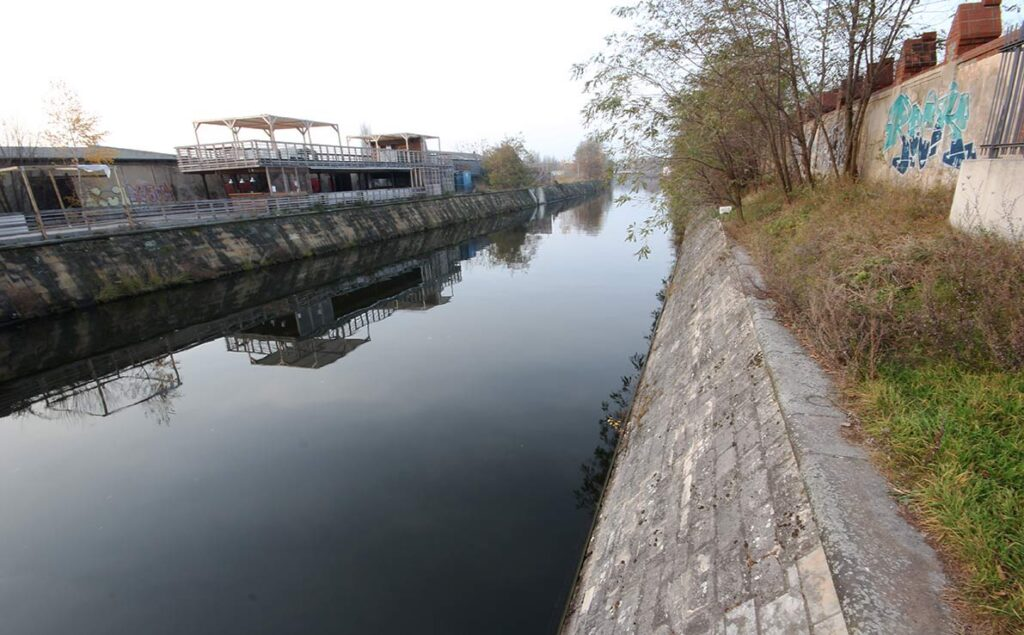 The <em>Spandauer Schifffahrtskanal</em> (Spandau Shipping Canal) served as the outer perimeter of the Wall. - <em>by SL Wong</em>