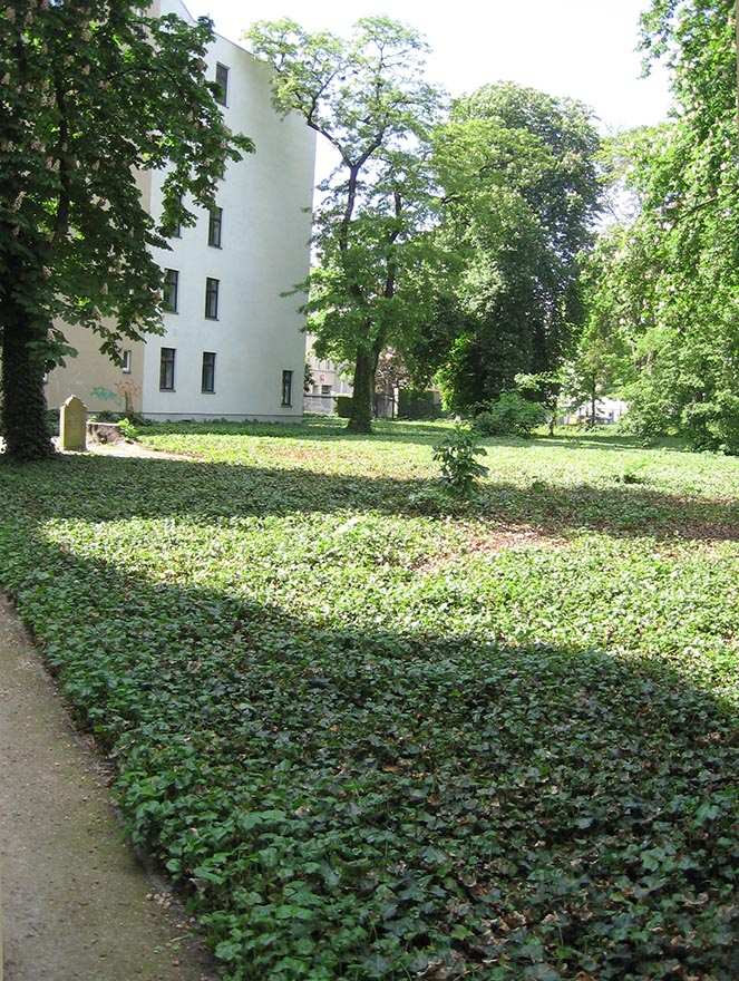 About 3,000 Jews were buried in the cemetery from 1672 – 1827. - <em>by SL Wong</em>