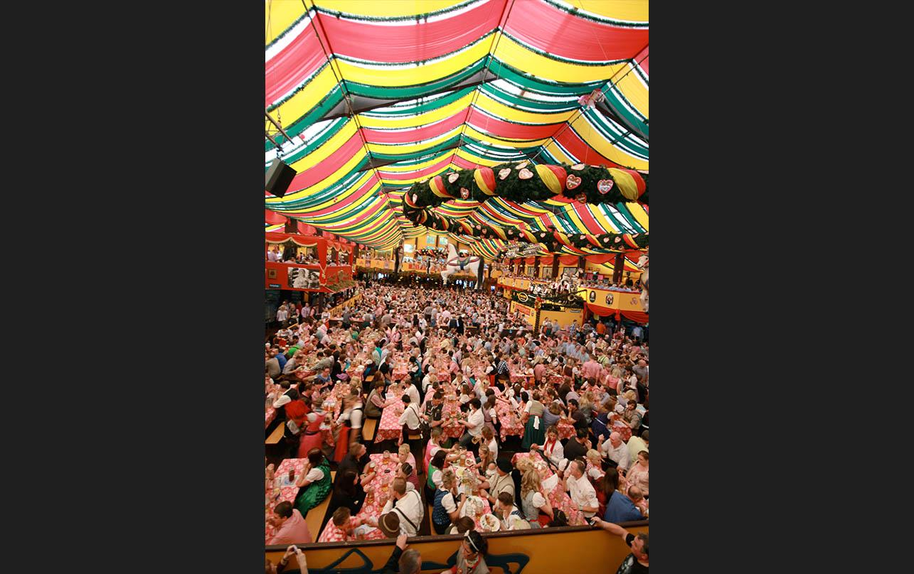 The Hippodrom had a fun, festive atmosphere. - <em>by SL Wong</em>