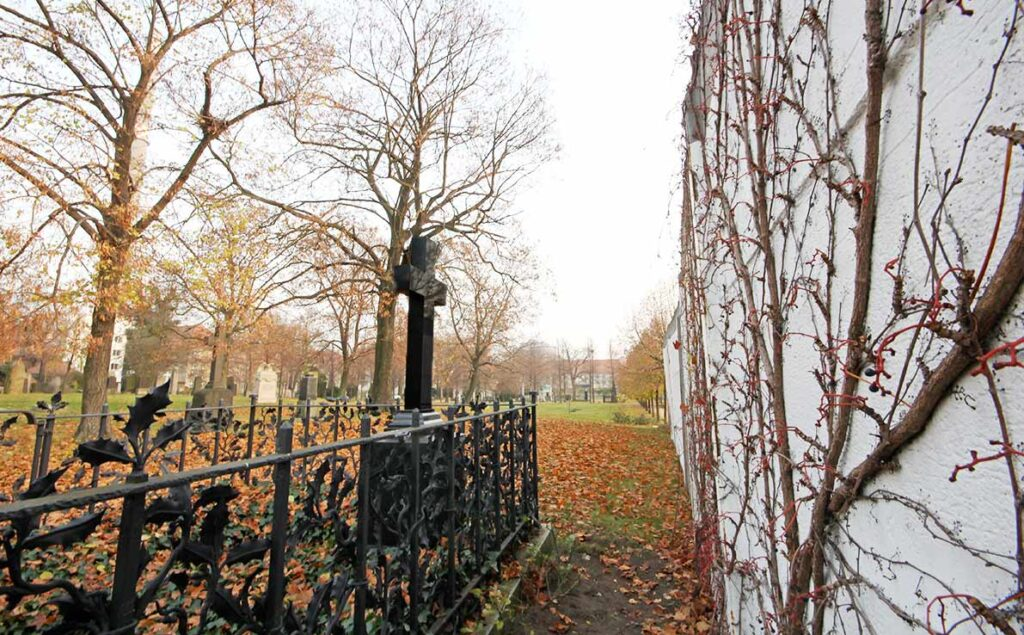 Right by the inner Berlin Wall was the tomb of Prussian theatre-director Georg von Hülsen-Haessler, which was destroyed in 1974. - <em>by SL Wong</em>